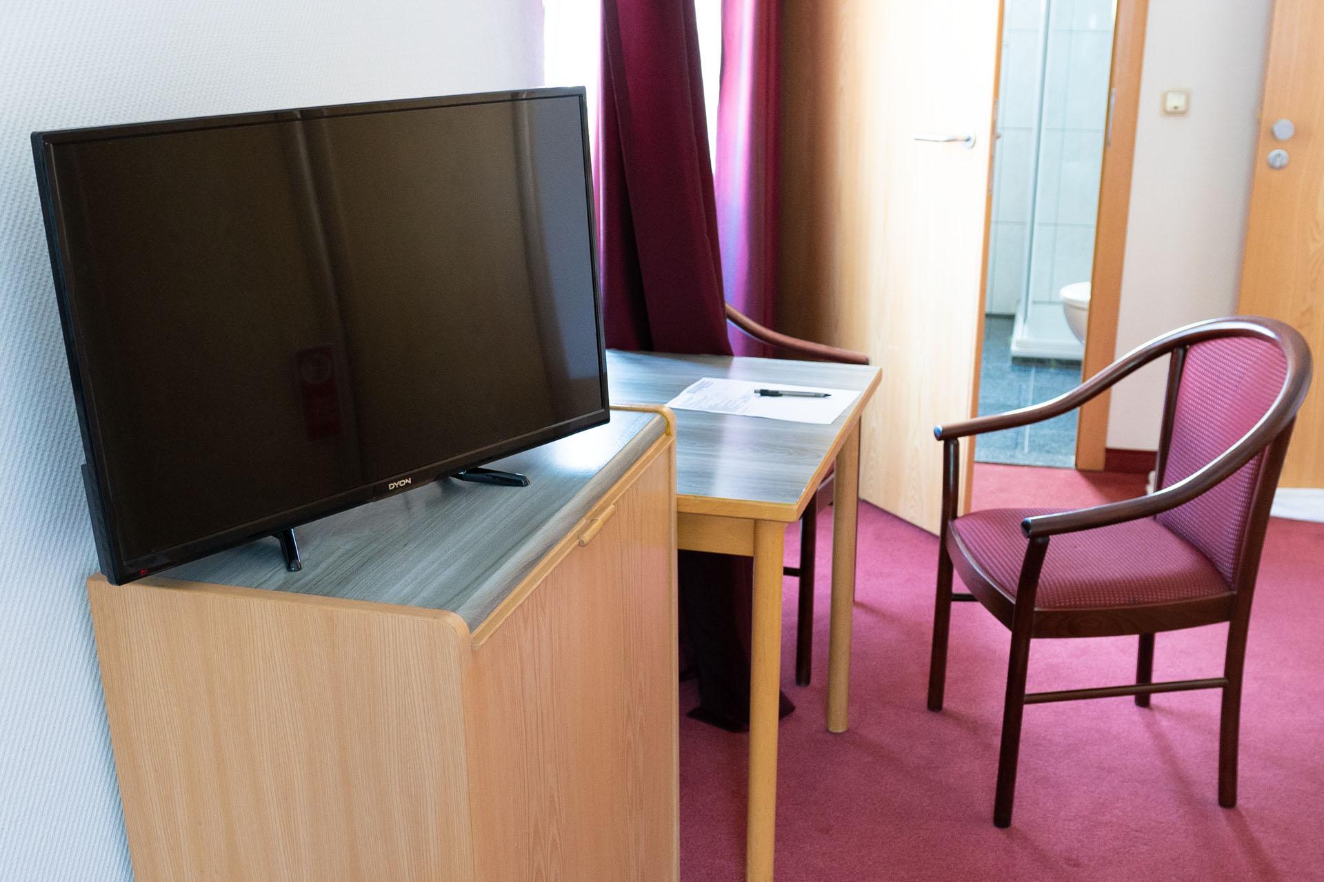 Hotel_Aggertal_Zimmer_Einzelzimmer_Schreibtisch_TV